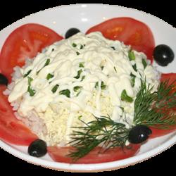 Греческий корабль (судак, яйцо, рис, зелёный лук, оливки, майонез)