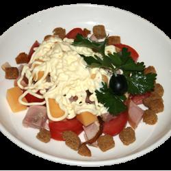 Малибу (помидоры, курица копчёная, кириешки, листья салата, майонез)